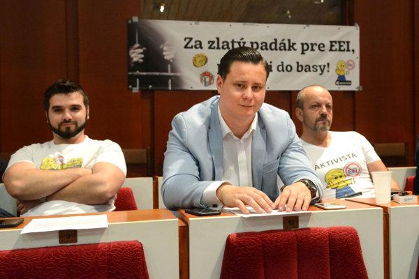 Starosta Ladislav Lörinc (v strede) s najbližšími kolegami z volebnej kampane – Ladislavom Strojným a Henrichom Burdigom. Všetci traja sa stali mestskými poslancami.