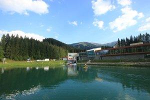 Zasnežovacie jazierko v lete využívajú na člnkovanie.