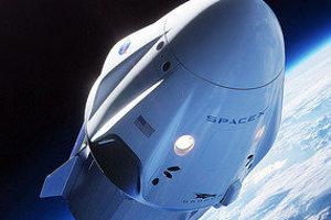 Ilustrácia SpaceX Crew Dragon na nízkej obežnej dráhe.
