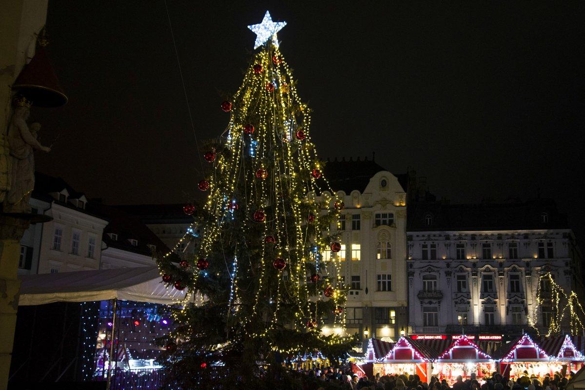 37e31832a Rozsvietený vianočný stromček pod radničnou vežou počas otvorenia  vianočných trhov na Hlavnom námestí v Bratislave.