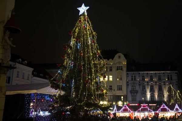 Rozsvietený vianočný stromček pod radničnou vežou počas otvorenia vianočných trhov na Hlavnom námestí v Bratislave.