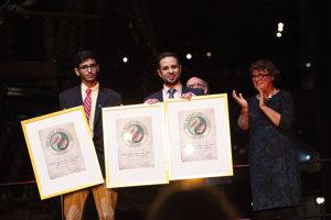 Ocenenia za väznenú trojicu Abdalláh Hámid, Muhammad Fahad Kahtání a Walíd abú Chajr prevzal syn jedného z laureátov Jahjá Asírí (vpravo).