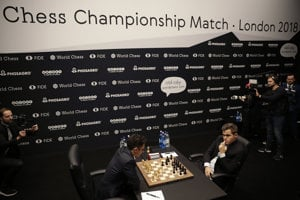 achový svetový šampión, nórsky obhajca Magnus Carlsen (vpravo) a jeho vyzývateľ Američan Fabiano Caruana v otváracom kole 1. partie zápasu o titul majstra sveta v šachu v Londýne 9. novembra 2018.