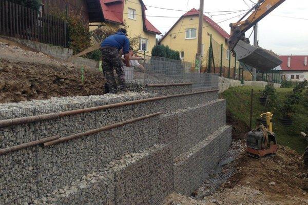 V Turzovke – Predmieri pracujú na opornom múre.