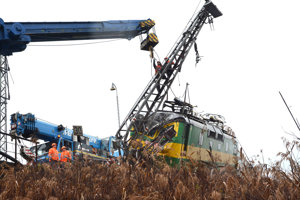 Odstraňovanie narazeného vlaku si vyžadovalo komplikované technické manévre.
