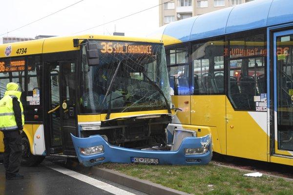 Autobus nedal prednosť električke, DPMK vyčíslil predbežnú škodu na 5 000 eur.