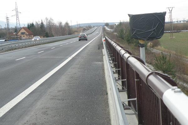 Kilometrovníky sú zakryté aj na štvorprúdovke medzi Prievidzou a Novákmi.
