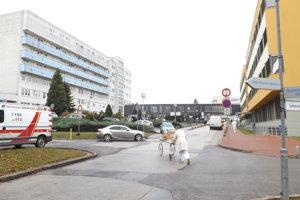 Heliport bude na streche chirurgického pavilónu (vľavo).