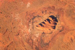 Skalnatá vyvýšenina Uluru (Ayersova skala) v Austrálii. Pri západe slnka sa javí červená, počas dažďov býva striebristo sivú s čiernymi pruhmi.