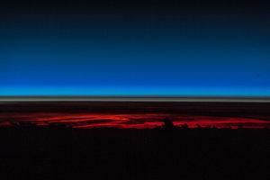 Pár sekúnd pred východom Slnka majú astronauti dobrý bočný výhľad na atmosféru Zeme. Môžete vidieť búrkove oblaky-