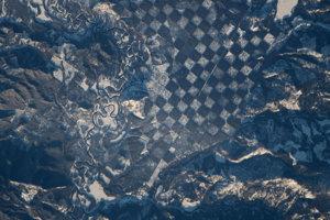 """Šachovnicový vzor pri rieke Priest v severnom Idahu. Biele políčka """"šachovnice"""" sú vyklčované časti lesa pokryté snehom."""