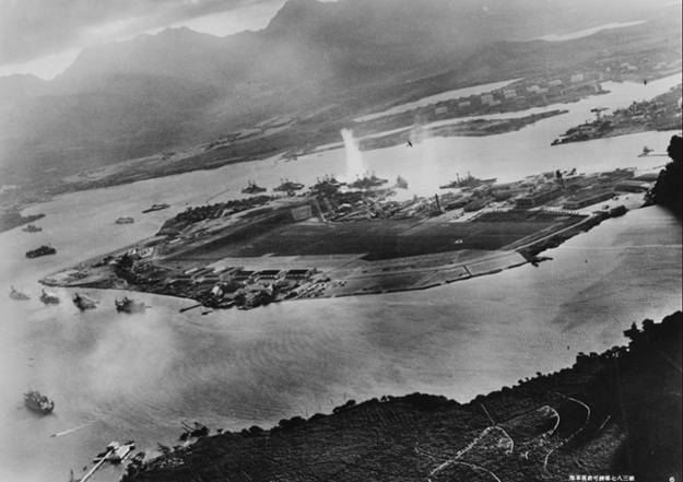 Začiatok útoku na americké bojové lode v Pearl Harbor. Fotografia z lietadla neznámeho japonského letca.