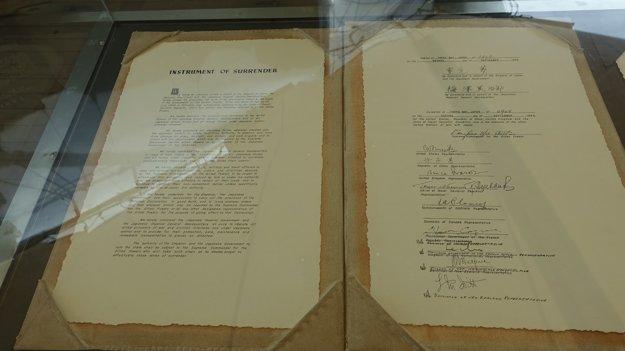 Kapitulácia Japonska. Kópia vystavená na bojovej lode USS Missouri na mieste, kde bol dokument podpísaný.