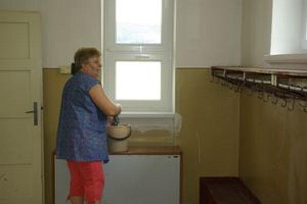 Mária Štefancová umýva vymenené okná.