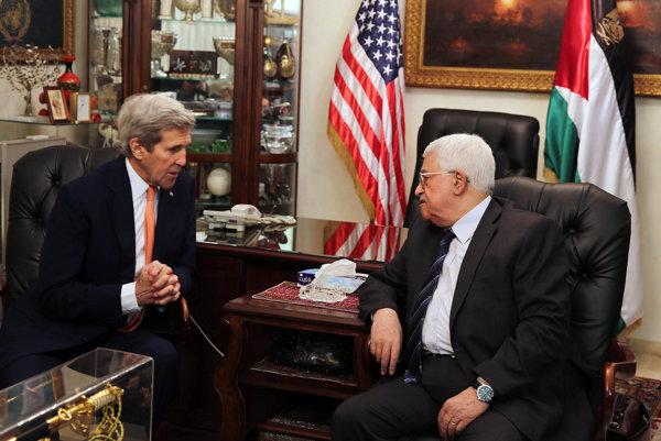 Palestínsky prezident Mahmud Abbás, vpravo a americký štátny tajomník John Kerry počas ich nedeľňajšieho stretnutia v jordánskom Ammane.