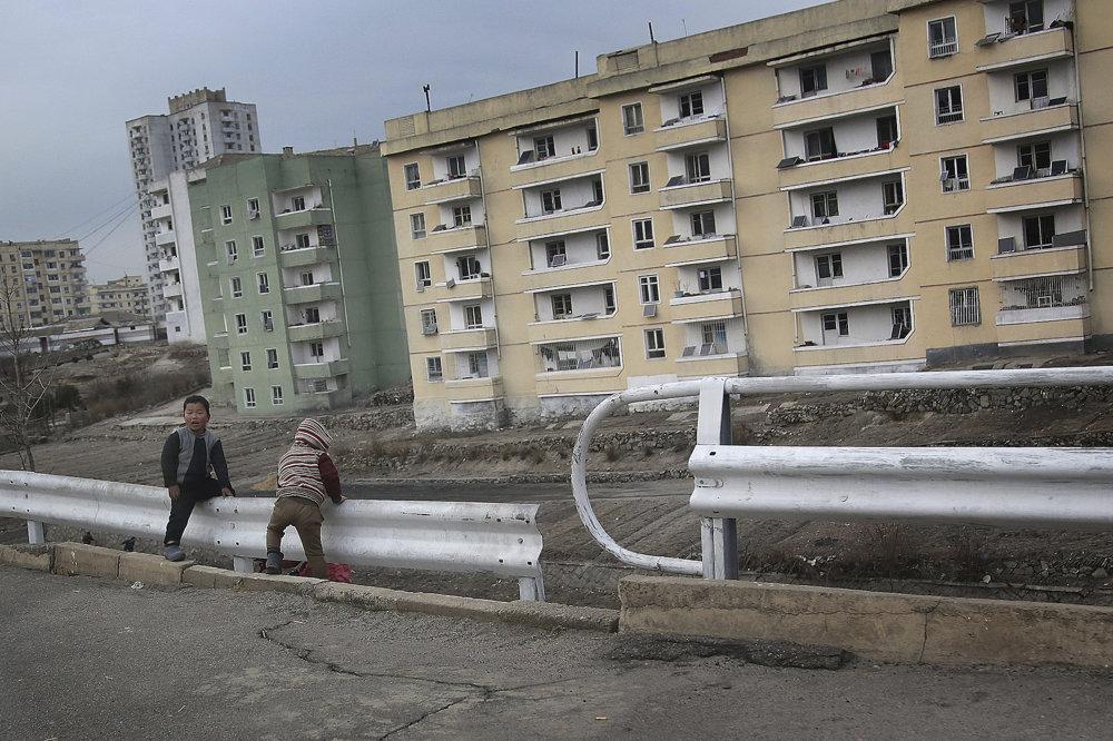 Severokórejské deti sa hrajú na ceste.