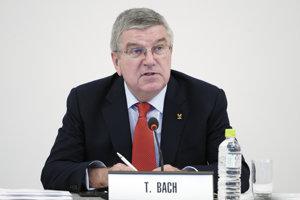 Šéf Medzinárodného olympijského výboru Thomas Bach počas mítingu v Tokiu.