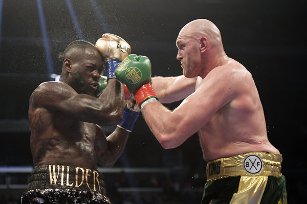 Tyson Fury (vpravo) ukázal, že s ním treba rátať.