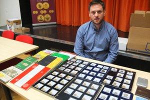 Radoslav Chlapovič s ponukou mincí, medzi ktorými boli aj zlaté kremnické dukáty.