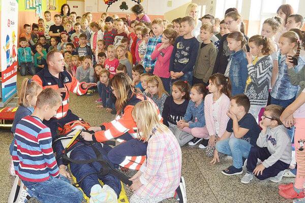 Prednáška odborníkov najmladších žiakov zaujala.