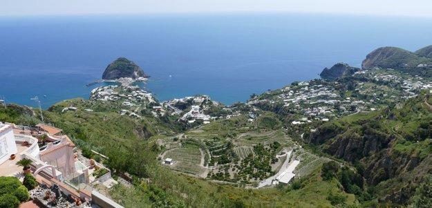 Ostrov Ischia, výhľad na pobrežie.