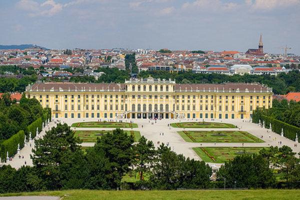 Viedeň, v popredí zámok Schönbrunn.