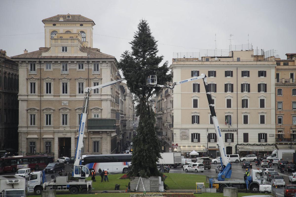 Dolámaný rímsky vianočný stromček opäť čelí posmechu - svet.sme.sk bfa0c1efaf4