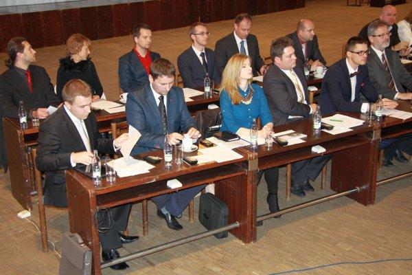 Pavol Heško (v hornom rade 5. zľava) na ustanovujúcom zasadnutí mestského zastupiteľstva v roku 2014.