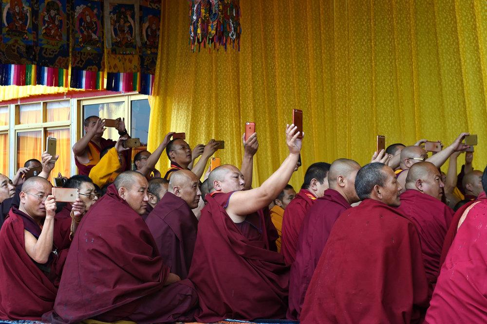 Tibetskí mnísi počas rituálu Kalachakra (koleso času).