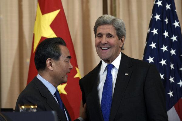 Čínsky minister zahraničných vecí Wang I a jeho americký náprotivok John Kerry.