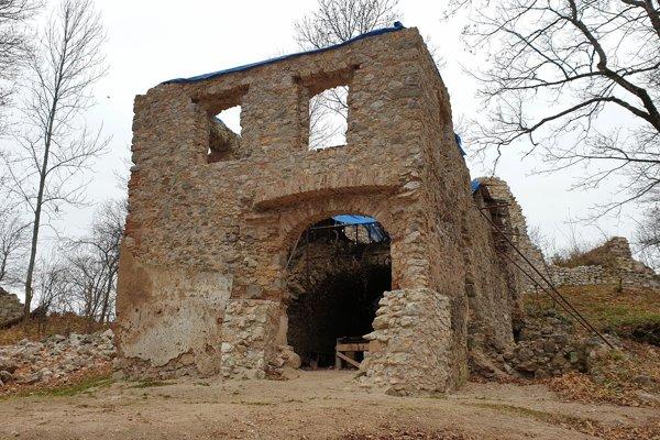 Dom veliteľa na Muránskom hrade, ktorý samospráva ako vlastník pamiatky plánuje zastrešiť. ZDROJ: TASR/ BRANISLAV CABAN