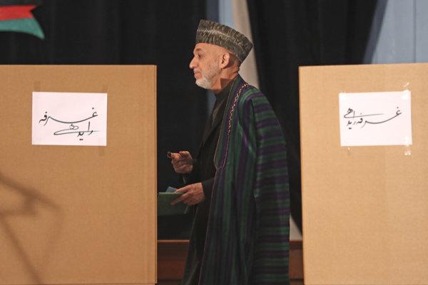 Voľby v Afganistane sprevádzali viaceré nezrovnalosti a bezpečnostné riziká.