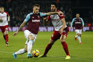 Marko Arnautovič (vľavo) bude pre svalové zranenie chýbať West Hamu približne mesiac.