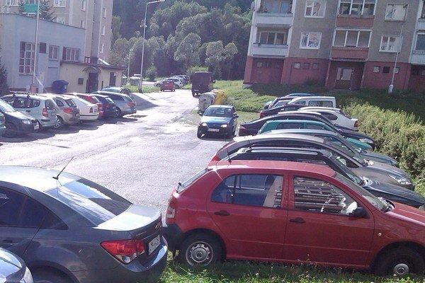 Parkovanie pred bytovkami by malo byť jednoduchšie.