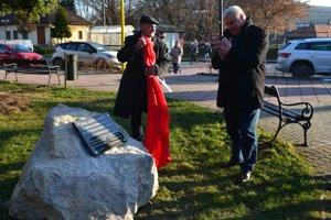 Príjemné prekvapenie pre ministra Érseka. Základný kameň k blížiacej sa výstavbe úseku R2 Mýtna - Lovinobaňa, Tomášovce.