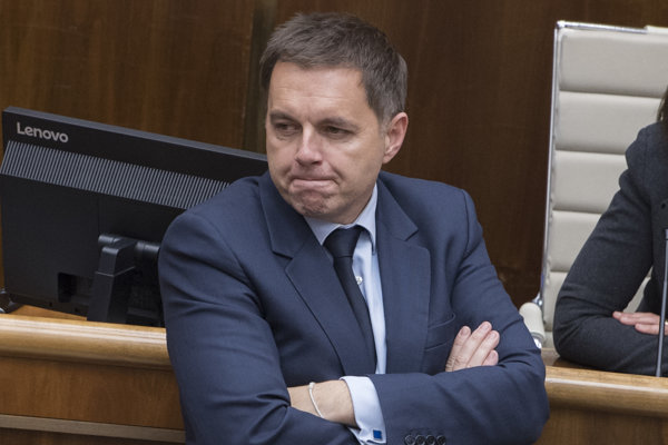 Peter Kažimír počas hodiny otázok v rámci štvrtkového rokovania.
