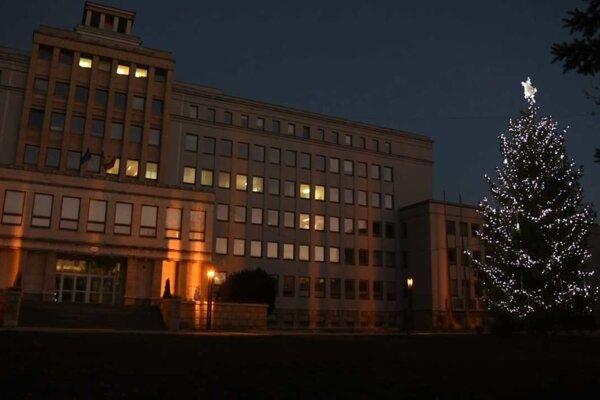 Rozsvietený vianočný stromček pred budovou PSK