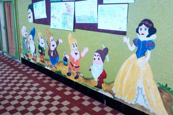 Priestory školy si svojpomocne vyzdobili a zmenili na rozprávkovú ríšu.