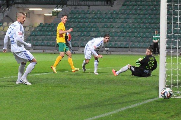 Brankár Ružomberka Matej Šavol sa pozerá na loptu, ktorá tesne míňa jeho bránku.
