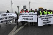 Protestujúci blokovali cestnú komunikáciu medzi Svidníkom a Stročínom.