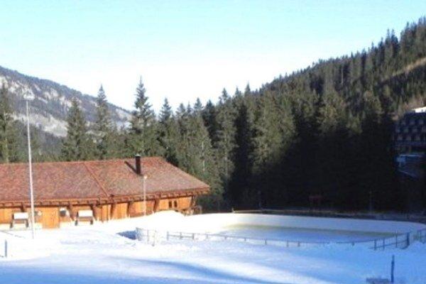 Súčasné ihrisko je malé, v zime je problém udržať na nom kvalitný ľad. Vďaka prestavbe ho budú návštevníci využívať aj pri plusových teplotách.