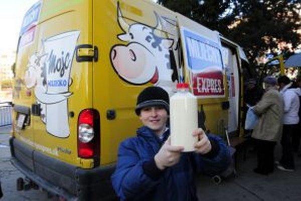 Na vidieku ľudia je situácia opačná, ľudia mliečny expres s čerstvým mliekom čakajú.