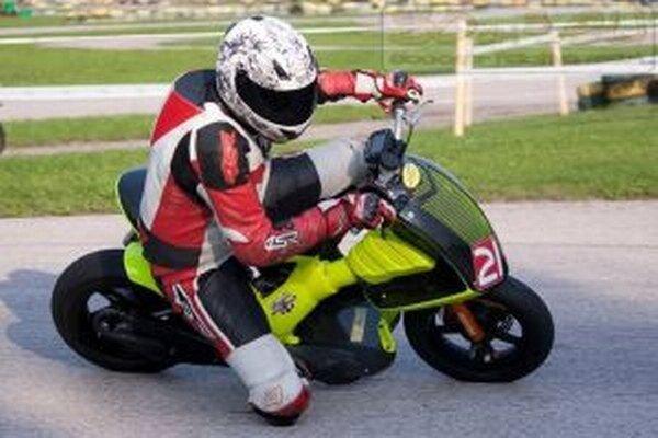 Pavel Moravec je spoluzakladateľom Scooter racing teamu – 50cm3.eu. V tíme sú jazdci z celého Slovenska.