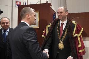 Nový primátor Košíc Jaroslav Polaček (vpravo), ktorému gratuluje odchádzajúci viceprimátor Košíc Martin Petruško.