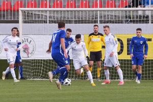 Martin Krnáč (v žltom) inkasoval tri góly, všetko od Andreja Fábryho (v modrom celkom vpravo).