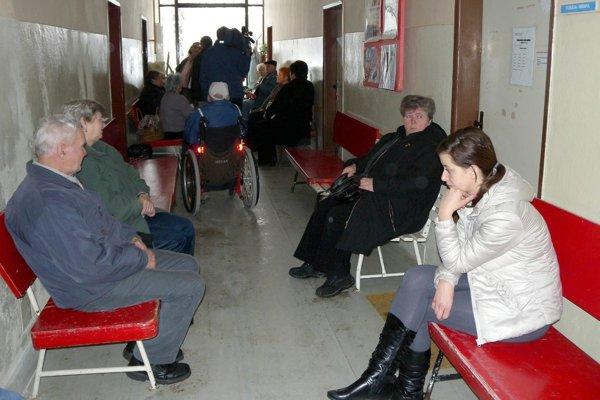 Kým prví pacienti už čakajú, v ambulanciách býva ešte tma.