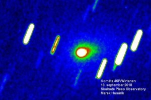 Kométa Wirtanen odfotená 18. septembra 2018 na Skalnatom plese (Astronomický ústav SAV, Tatranská Lomnica). Obrázok je v nepravých farbách, aby sa zvýraznila prítomnosť kométy s kómou a tvoriacim sa chvostom.