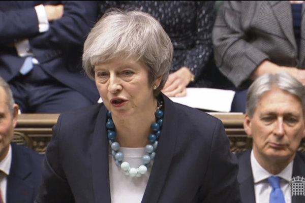 Britská premiérka Theresa Mayová počas prejavu v snemovni.
