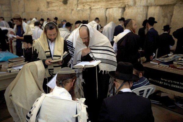 Muži sa modlia pred Múrom nárekov pred slávením židovského Nového roka 24. septembra 2014 v Jeruzaleme. V židovských rodinách na celom svete sa vtedy začína sláviť sviatok Roš ha-šana, ktorý je židovským Novým rokom.