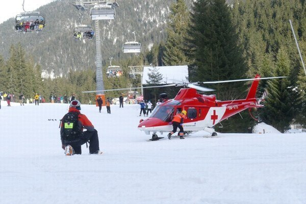 Zraneného lyžiara prevážali do nemocnice vrtuľníkom.
